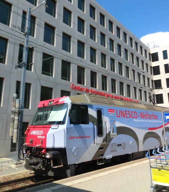 Lok am Bahnhof Chur, beschriftet mit Unesco-Weltkulturerbe-Werbung